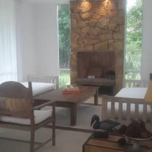 Casa  luminosa  3 dormitorios   1 de ellos en suite Y 2 dormitorios que comparten  1 baño  Más dependencia de servicio con baño baño social